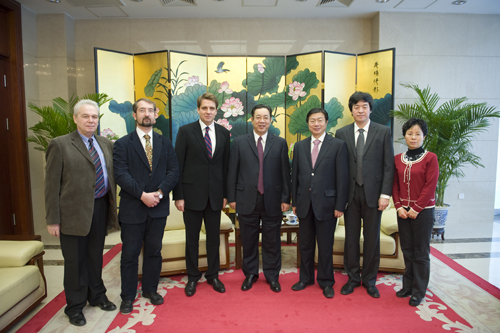 新华社新闻信息中心主任张晓华(右三)参加会见.